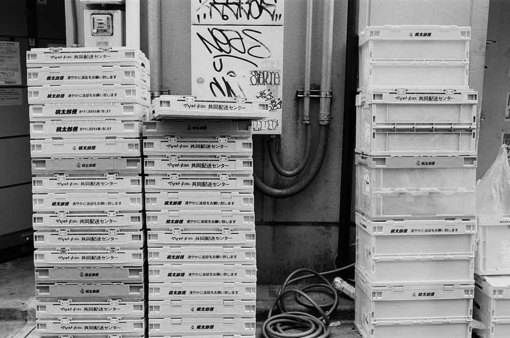 池袋 東京 Tokyo 2015/10/04 池袋車站附近巷子裡面的景,其實我也好愛拍巷弄裡面的景物,有時候是真的很亂,但也有很整齊的堆放。  沒有特別的想法,可能這樣比較能夠體會在地的生活感受吧!  Nikon FM2 Nikon AI AF Nikkor 35mm F/2D Kodak TRI-X 400 / 400TX 1274-0025 Photo by Toomore