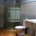 cuartos de baños compeltos, provistos de plato ducha, exteriores. Pida más información en su agencia inmobiliaria Asegil de Benidorm  www.inmobiliariabenidorm.com