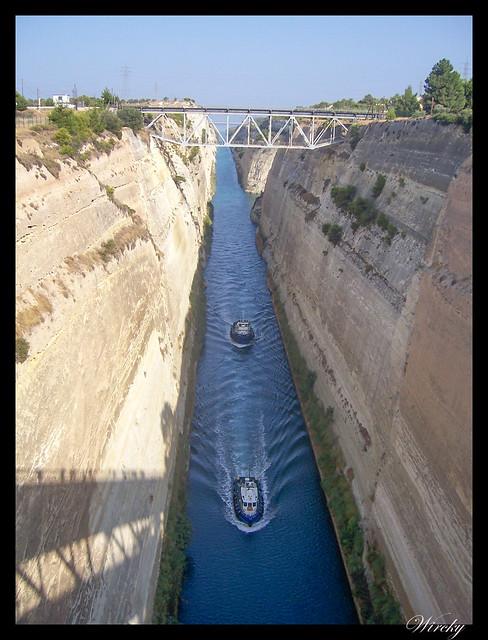 Barcos acercándose a puente sobre Canal de Corinto