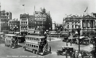 Shaftesbury Memorial 的形象. uk london buses 1932 traffic regentstreet piccadillycircus eros advertisements 1933 lordshaftesburymemorial vinestreetpolicestation
