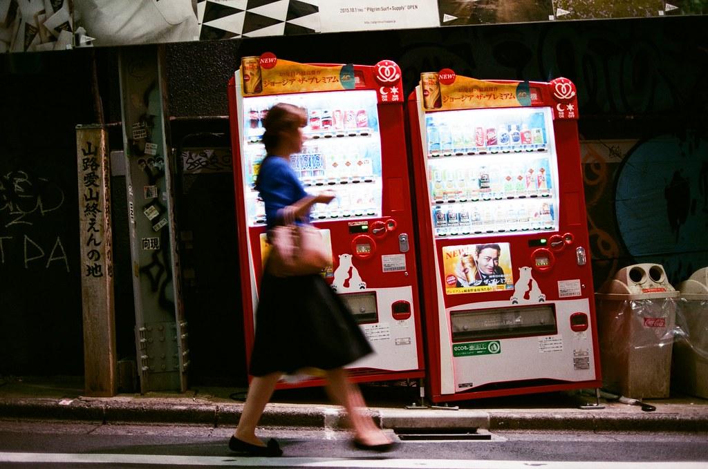 渋谷 斜坡 販賣機 Tokyo 2015/10/02 斜坡,一個販賣機與行人結合的景。   Nikon FM2 Nikon AI AF Nikkor 35mm F/2D AGFA VISTAPlus ISO400 0998-0009 Photo by Toomore