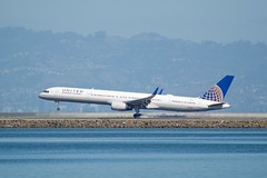 United Airlines Boeing 757 -300 smokey touchdown at SFO DSC_0615