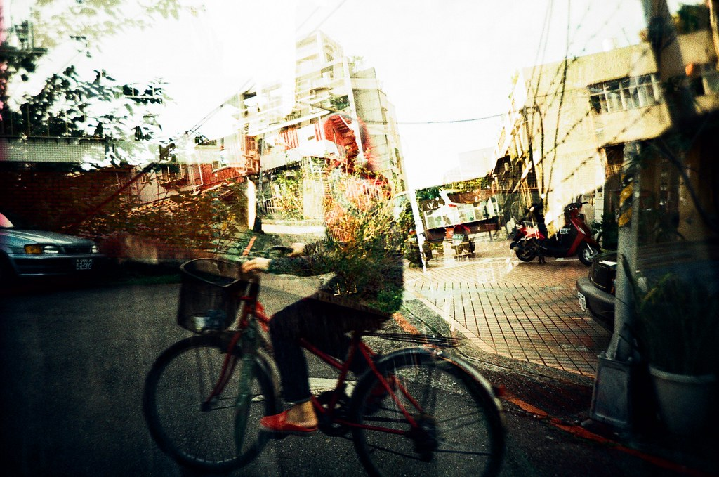 Taipei Street or Dream / RVP50 / Lomo LC-A+ 我在巷口等她經過,我不是堵她。而且我也沒有必要堵她。  Lomo LC-A+ FUJICHROME Velvia 50 2015/11/29 - 2015/12/01 4414-0029 Photo by Toomore