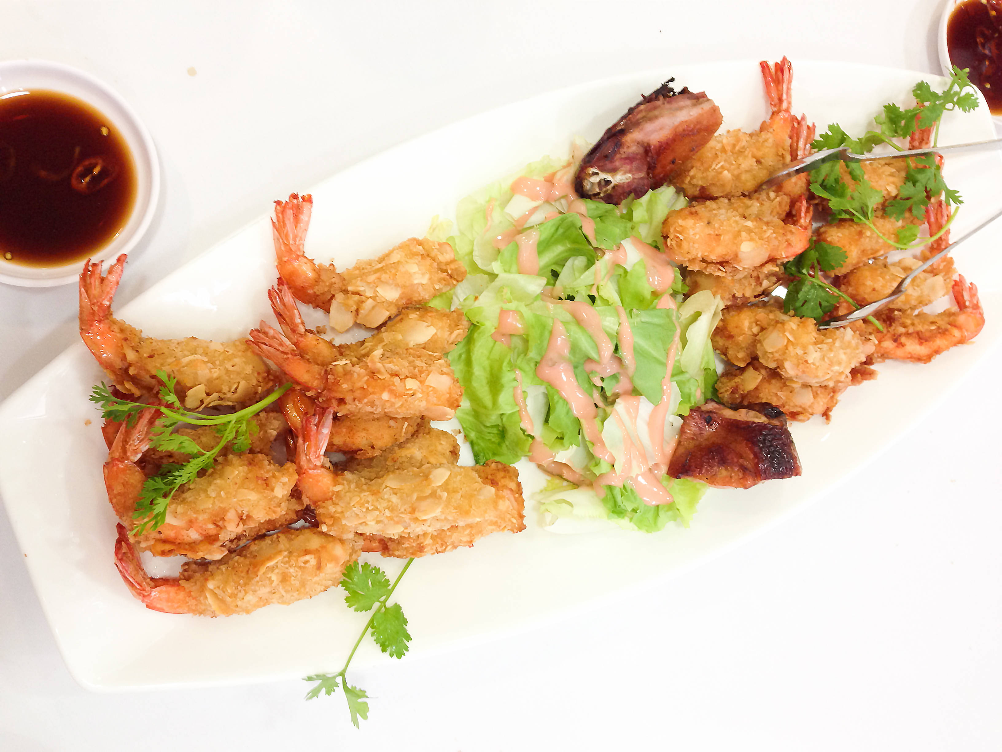 Fried shrimps with almonds
