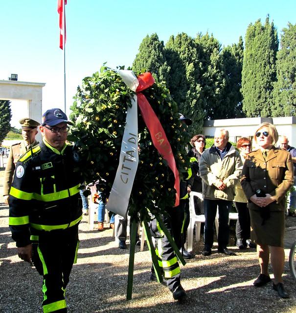 Casamassima-Le corone floreali offerte dal Comune di Casamassima, di Bari e dalla delegazione polaccca (2)