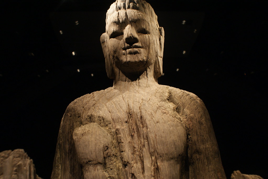 Une très ancienne statues de Bouddha en bois (IV-VIe siècle) au musée d'histoire du Vietnam à Hanoi.