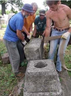Волонтери впорядковують старі кладовища