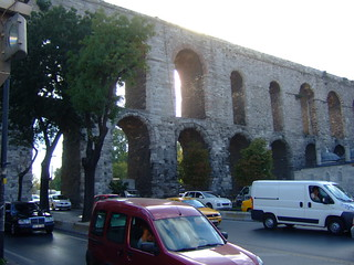 תמונה של Valens Aqueduct ליד İstanbul. cars turkey arch traffic roman arches istanbul aqueduct johnseb