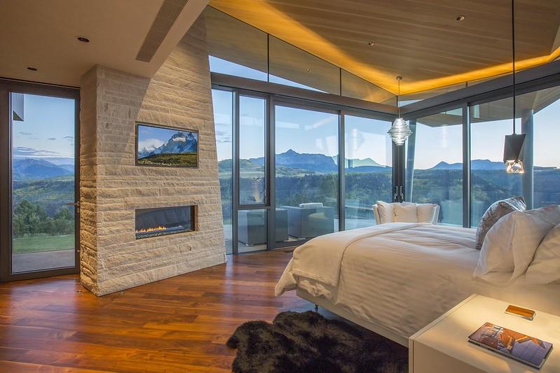 Красивый вид на горы из спальни дома в Колорадо