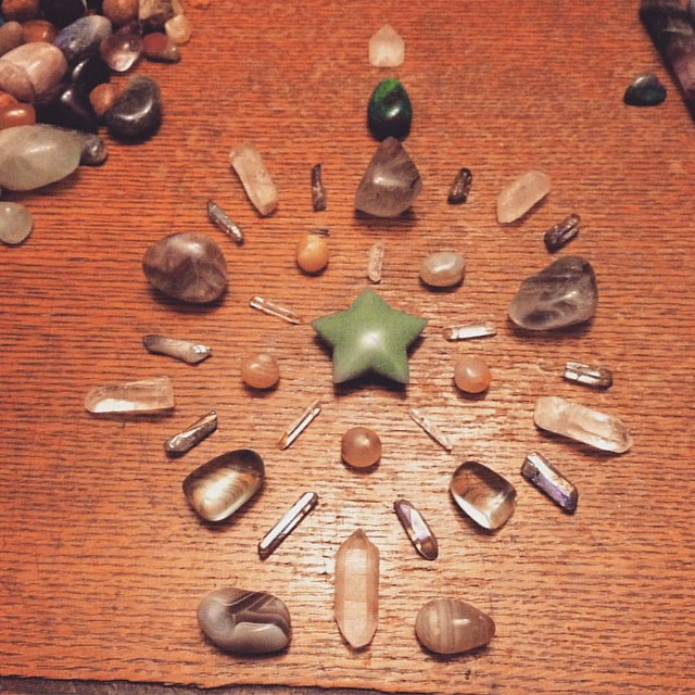 Making crystal grids with @witchcitystory and @elaby #crystalgrid #witchy #witchesofinstagram #crystals