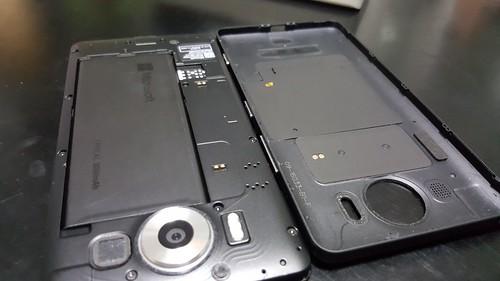 พวกสมาร์ทโฟนรุ่นที่รองรับ Wireless charging มันก็มี Wireless charging module อยู่ตรงฝาหลังแบบนี้แหละ