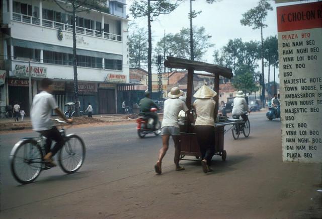 SAIGON 1966 - Đường Trần Hưng Đạo - by Douglas Ross