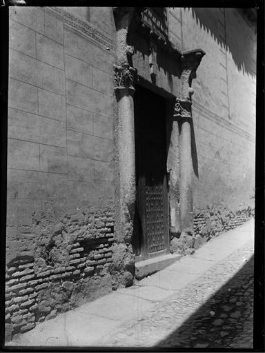 Puerta de una casa de la Calle de San Marcos en Toledo hacia 1920. Fotografía de Enrique Guinea Maquíbar © Archivo Municipal de Vitoria-Gasteiz