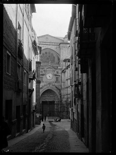 Calle Chapinería o Feria y  Puerta del Reloj de la Catedral de Toledo hacia 1920. Fotografía de Enrique Guinea Maquíbar © Archivo Municipal de Vitoria-Gasteiz