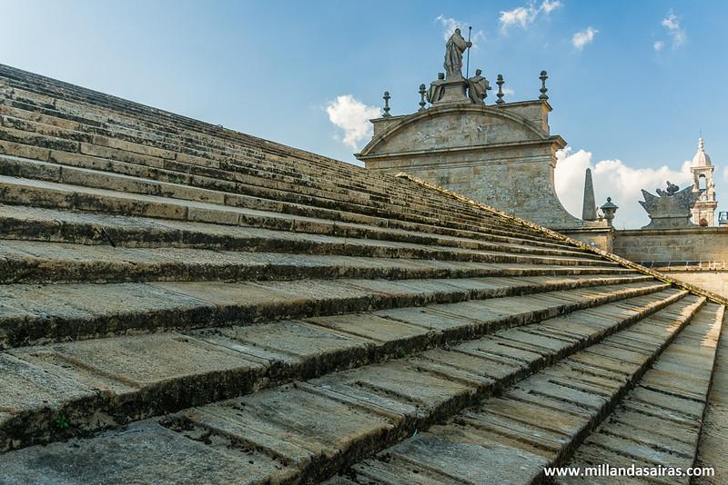 Tejado a la altura de la fachada de la Azabachería con Santiago en lo alto