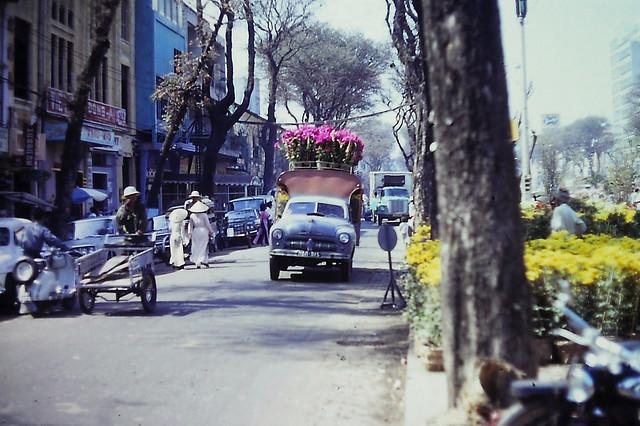 Saigon Feb 1967 - Chợ hoa Tết Đinh Mùi đường Nguyễn Huệ (nhìn về phía Tòa Đô Chánh)