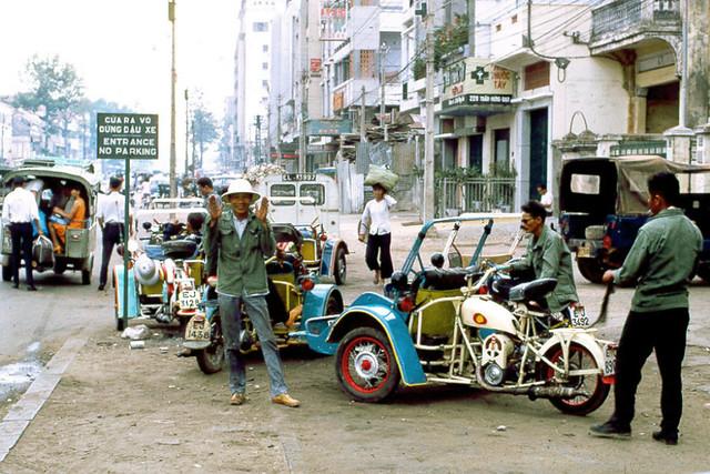 SAIGON 1970 - Xích lô máy phía trước KS Kỳ Sơn, 247 Trần Hưng Đạo