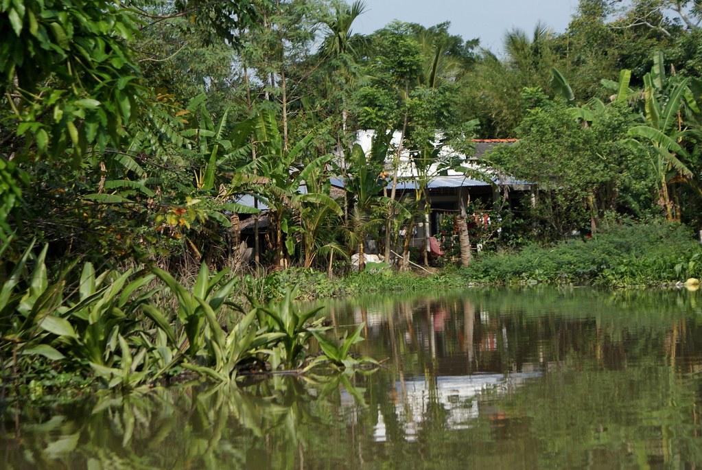 On remonte un canal du delta du Mékong dans une ambiance d'Apocalypse Now à la recherche de Kurtz.