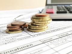 Kleingeld vor Taschenrechner in Buchhaltung