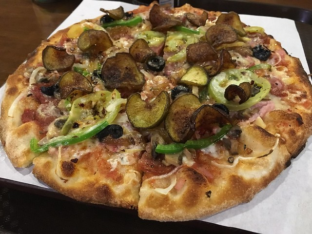 お店オリジナルソースの肉とチーズたっぷりピザ