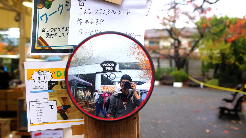 東京蚤の市 京王閣競輪場 Tokyo, Japan / Sigma 35mm / Canon 6D 是我!拍一張紀錄。  右邊有一排的楓葉轉紅,左邊是木材工坊之類的。那時候天氣有點冷,只好邊走邊微微抖,但因為有點高興,好像就沒有想像中的 15 度感覺。  Canon 6D Sigma 35mm F1.4 DG HSM Art IMG_8794 Photo by Toomore
