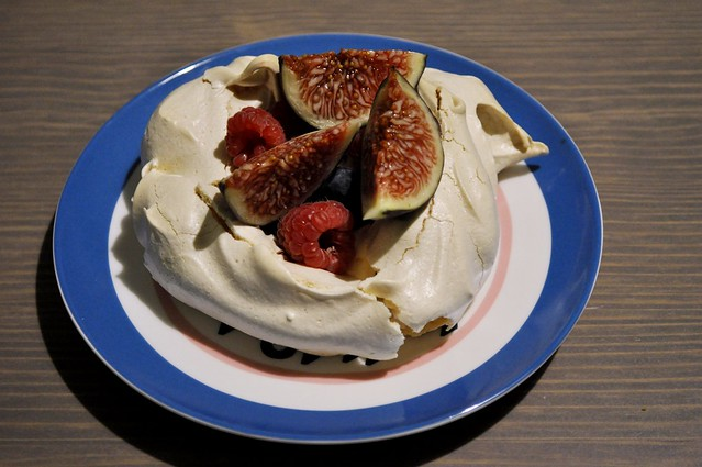 Meringue with figs and berries