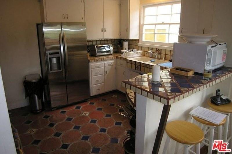 Двухдверный холодильник на кухне с барной стойкой