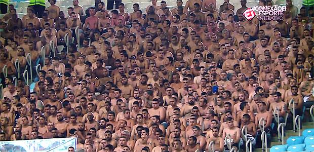 Homens da torcida corintiana foram obrigados a esperar durante horas dentro do estádio, sem camisa; mulheres e crianças foram dispensadas - Créditos: Reprodução