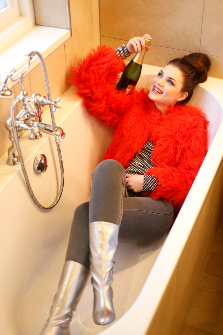 Happy New Year!, happy new year, jaarwisseling, new year's eve, groot warnsborn, landgoed hotel groot warnsborn, faux fur, faux fur coat, faux fur jas, red faux fur, asos, champagne, cava, weekday, sarenza, metallic laarzen, zilveren laarzen