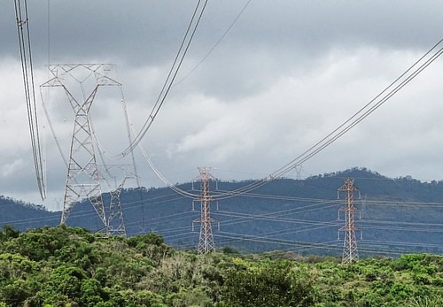 Torres de alta tensão na Serra do Japi...