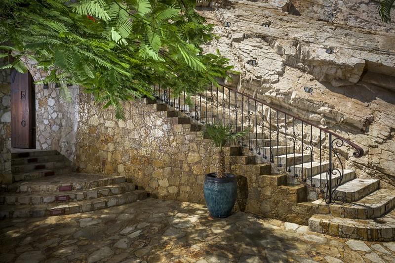 Выложенная камнем лестница к вилле Casa Fryzer