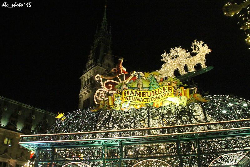 Papa Noel sobrevuela la plaza del Ayuntamiento en Hamburgo