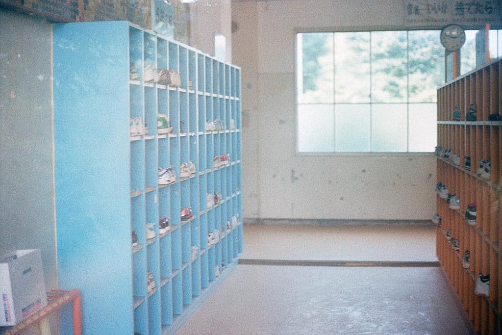 """楢葉北小学校 各年級鞋櫃 福島 竜田駅 2015/08/06 教室大廳各年級的鞋櫃,還可以看到很多鞋子都沒有帶走。有時候想想,四年後應該很多人都國小畢業了,很多人的腳應該都變大了 ...  Nikon FM2 / 50mm Kodak ColorPlus ISO200  <a href=""""http://blog.toomore.net/2015/08/blog-post.html"""" rel=""""noreferrer nofollow"""">blog.toomore.net/2015/08/blog-post.html</a> Photo by Toomore"""
