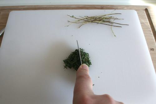 13 - Thymian-Blättchen abzupfen & zerkleinern / Pick thyme leaflets & chop them