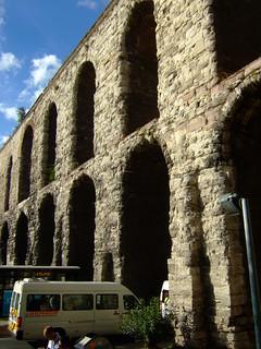תמונה של Valens Aqueduct ליד İstanbul. turkey roman istanbul aqueduct johnseb
