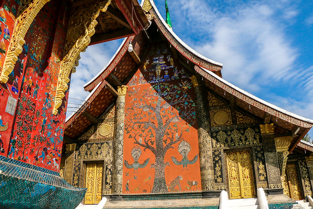 """Tree of life"" mosaic work in Wat Xieng Thong, Luang Prabang, laos ルアンパバーン、ワット・シェントーンの『生命の樹』"