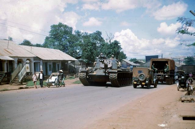 PLEIKU 1966-67 - Dãy nhà đường Hoàng Diệu, đoạn đối diện đại lý Hàng Không VN tại PK