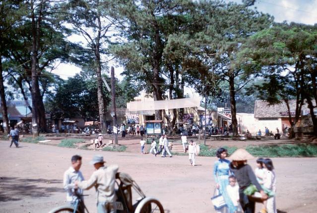 PLEIKU 1966-67 - Ở giữa hình sau hàng cây là Rạp Diệp Kính trên đường Lê Lợi