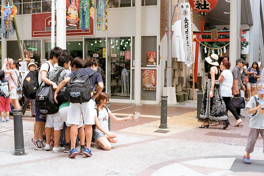 """仙台街道 Sendai 2015/08/07 在路上剛好看到一群學生在路上自拍。  Nikon FM2 / 50mm Kodak ColorPlus ISO200  <a href=""""http://blog.toomore.net/2015/08/blog-post.html"""" rel=""""noreferrer nofollow"""">blog.toomore.net/2015/08/blog-post.html</a> Photo by Toomore"""