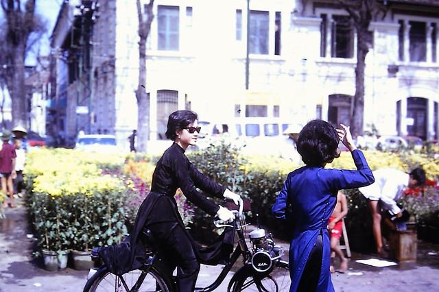 Saigon Feb 1967 - Chợ hoa Tết Đinh Mùi - Tòa nhà góc Nguyễn Huệ-Ngô Đức Kế - Vélo Solex