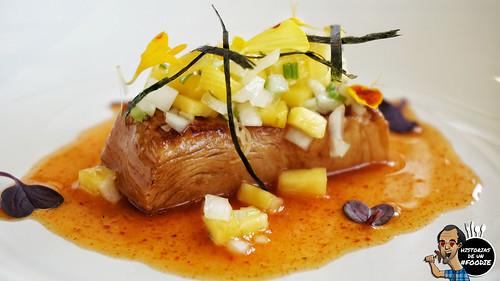 Pez mantequilla marinado en soja acompañado de kimchi, zumo de naranja, tartar de melocotón y cebolleta tierna