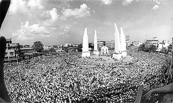 1973年曼谷民主紀念碑的抗爭現場。(照片來源:Thai World Affairs Center)