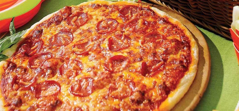 Πίτσα πεπερόνι με 3 τυριά