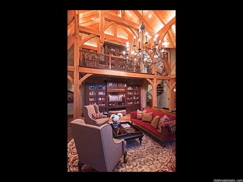 Библиотека в деревянном доме