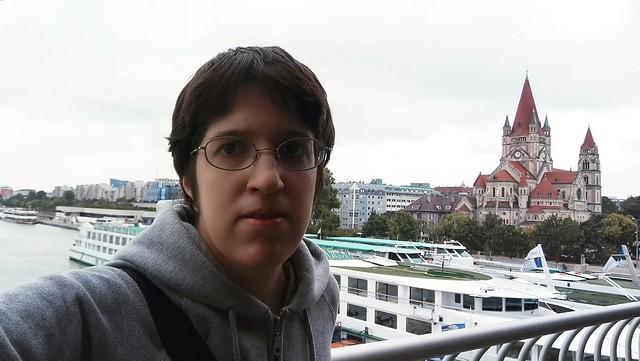 Selfie mit einem Donaudampfschiff und der Mexikokirche