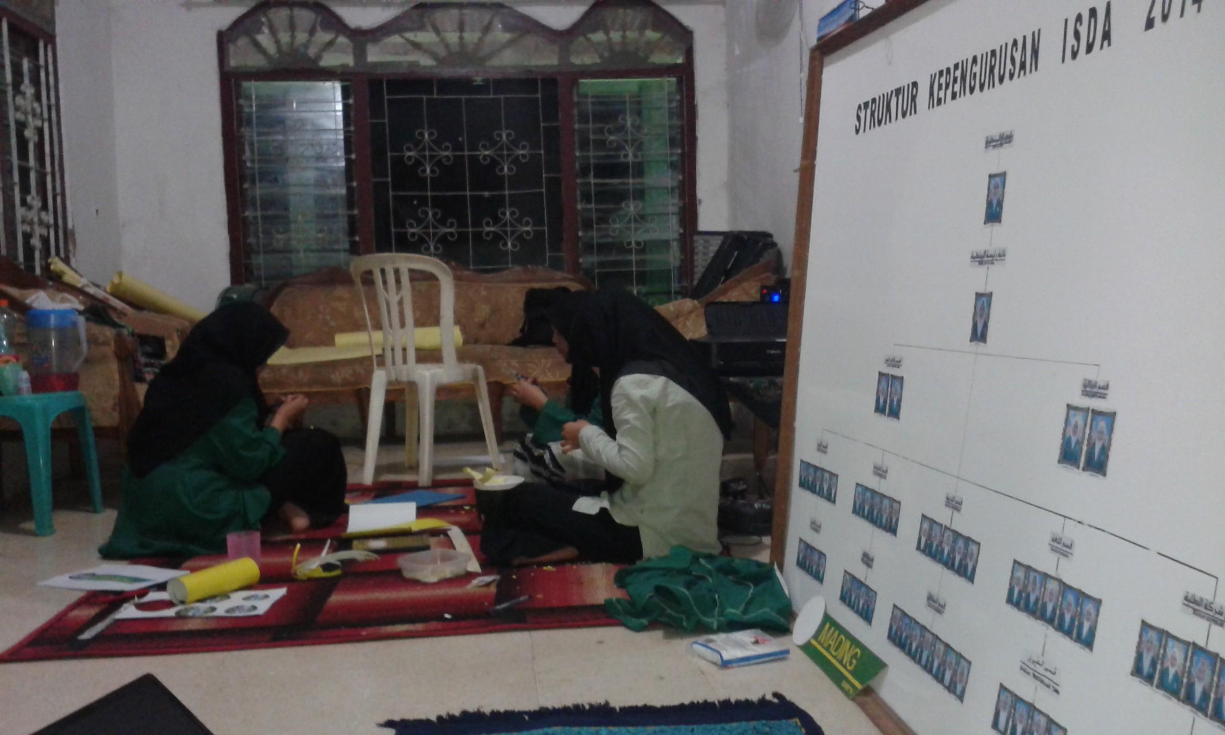 Suasana Kebersamaan Pembuatan Table-name Darul 'Amal Art Station