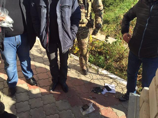 СБУ затримала на хабарі поліцейського у районі проведення АТО_5