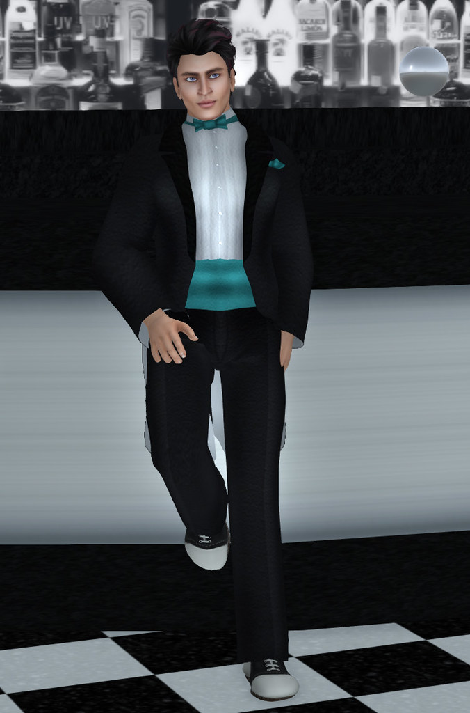 Avatar-Bizarre-Niven-Tux-at-Club-Noir