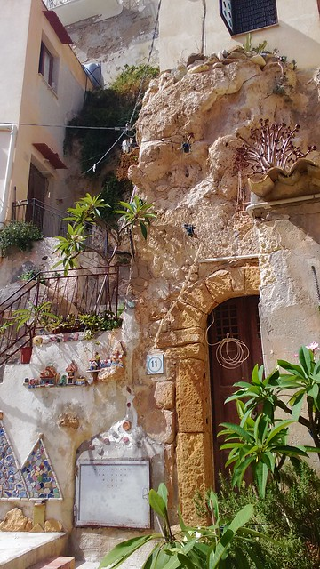 Abitazioni-grotte decorate da maioliche