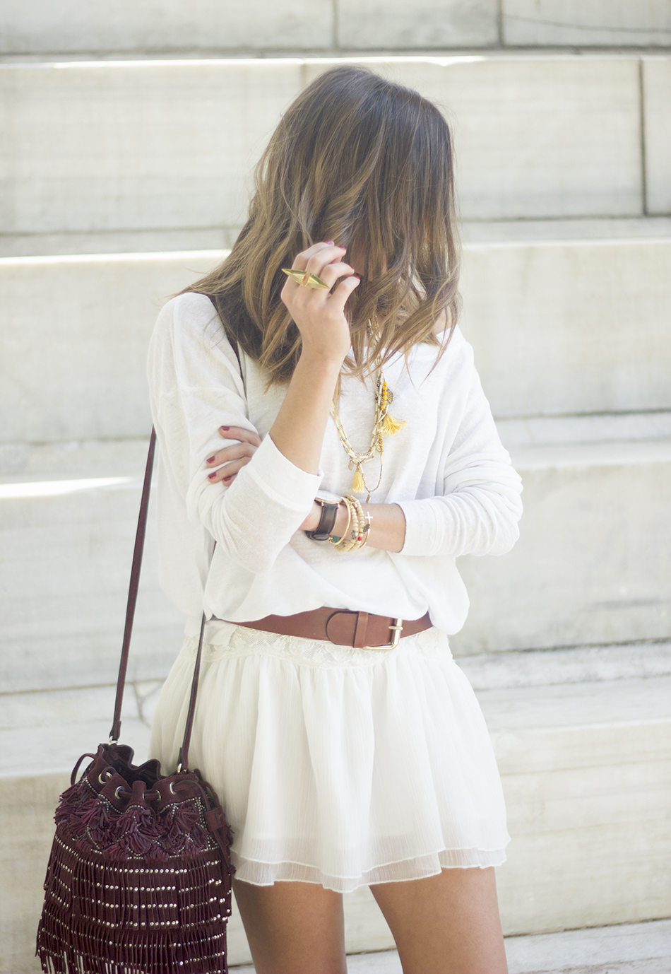 White casual outfit with brown booties and burgundy bag05
